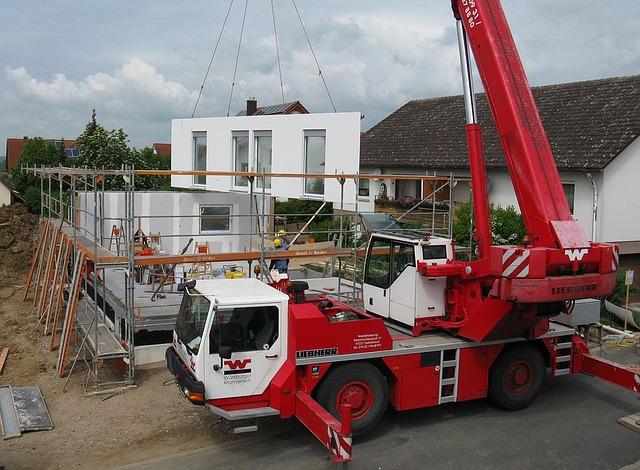 stavba rodinného domu, stavební jeřáb.jpg