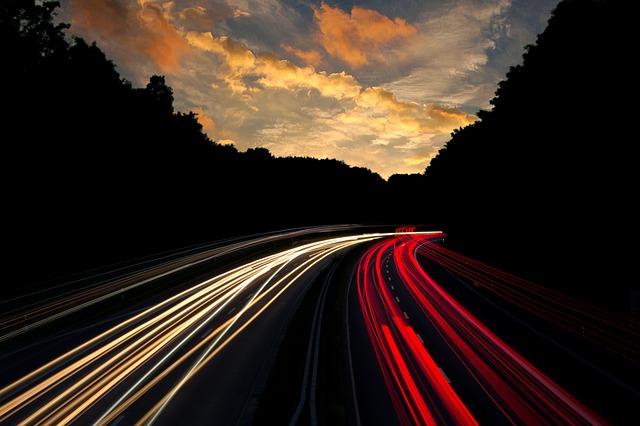 světelná stopa jedoucích aut.jpg