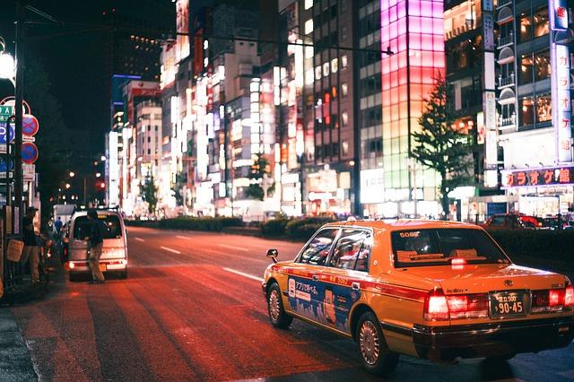 jedoucí vůz v městském večerním provozu.jpg