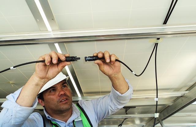 pracující elektrikář
