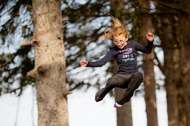 dívka s brýlemi na trampolíně